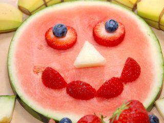 En kagemand af frugt er en god idé, hvis du vil gøre børnefødselsdagen lidt sundere, men uden at den bliver kedelig. Kagemanden her er en klar favorit blandt især mindre børn. Foto: Madensverden.dk.