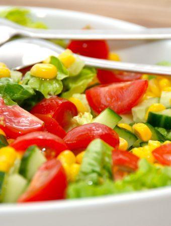 Romaine salat med tomater, majs og agurk