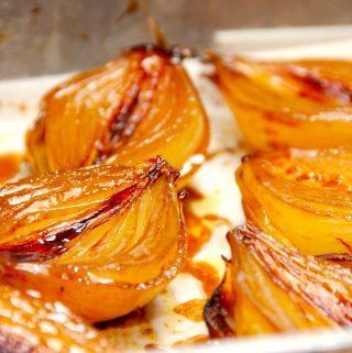 Se lige de bagte løg, der er karamelliserede zittauerløg. Løgene penslens med olie, balsamico og lys sirup, og bages derefter en time i ovnen. Foto: Madensverden.dk.