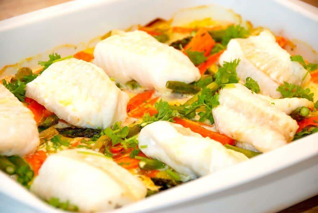 Fisk i fad med porrer og gulerødder