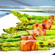 Lækre og grillede grønne asparges med bacon, der grilles ved direkte varme på både kuglegrill og gasgrill. Foto: Holger Rørby Madsen, Madensverden.dk.
