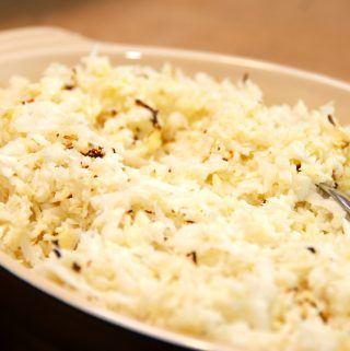 Det er faktisk ret nemt at lave blomkålsris i ovn som lækkert tilbehør, og et helt blomkål passer til fire personer. Foto: Madensverden.dk.