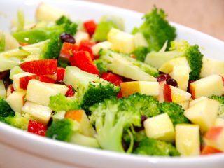 En dejlig og lækker broccolisalat med æble, peberfrugt og tranebær. Broccolisalaten dryppes med lidt olivenolie. Foto: Madensverden.dk.