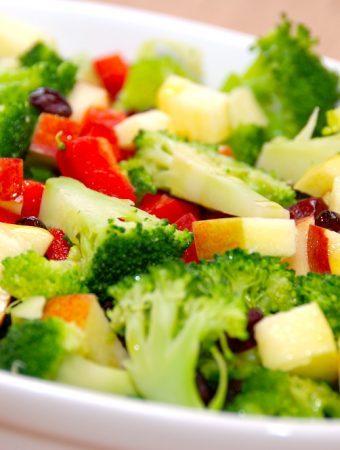 Broccolisalat med æble, peberfrugt og tranebær