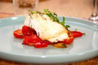 Dampet hellefisk i ovn med bagte grøntsager