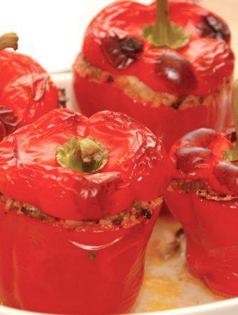 Fantastiske farserede peberfrugter, der bages 25 minutter i ovnen. De fyldte peberfrugter laves med hakket oksekød og lidt grønsager, og de er gode for både børn opg voksne. Foto: Madensverden.dk.