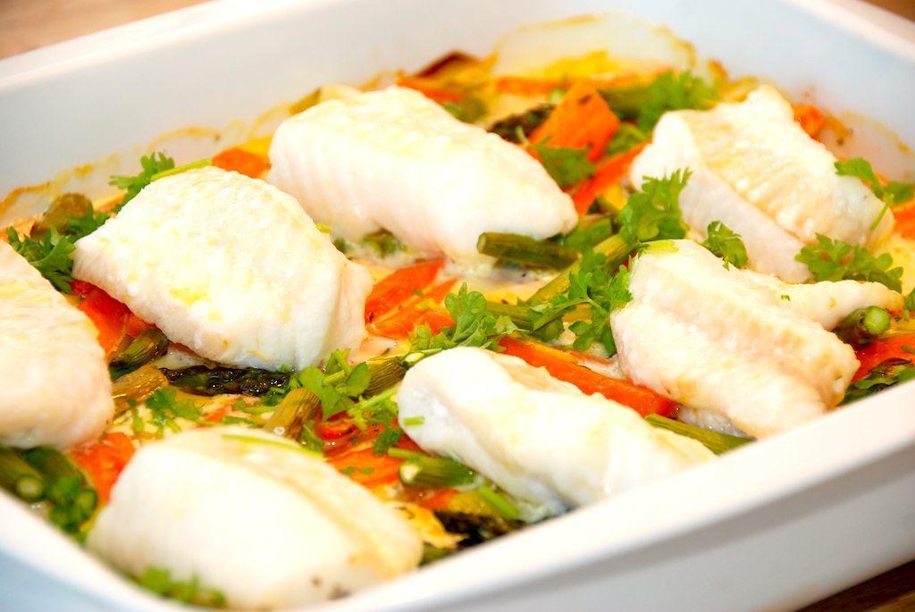 Nem ret i ovnen med fisk i fad med porrer og gulerødder. Tilsæt også grønne asparges, og lav en god flødesovs til fiskeretten. Foto: Madensverden.dk.