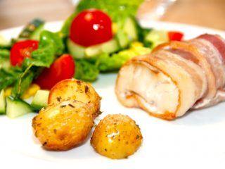 Fisk svøbt i bacon er en god måde at lave fisk i ovnen på, hvis nogle af de spisende ikke er så vilde med fisk. Baconskiverne tager nemlig en del af fiskesmagen, som nogle elsker, mens andre er skeptiske. Foto: Madensverden.dk.