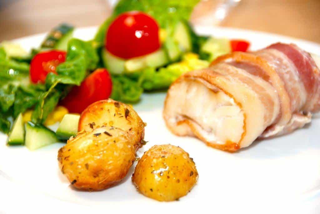 Fisk svøbt i bacon (ovnbagt fisk med bacon)