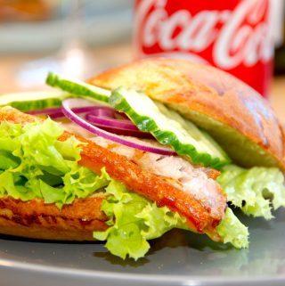 En virkelig lækker flæskestegssandwich med langtidsstegt gris, hvor flæskestegen steges i syv timer. Imens laver du de hjemmebagte burgerboller. Foto: Madensverden.dk.
