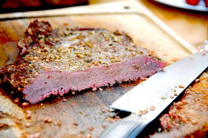 Sådan en flankesteg i ovn skal steges i cirka 15 minutter, og derefter skåres i helt tynde og skrå skiver. Så er kødet mørt som smør. Foto: Madensverden.dk.