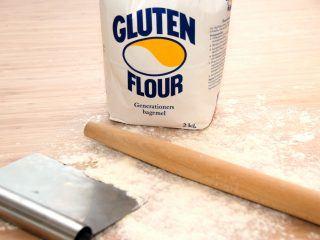 Du kan ret hurtigt røre en engelsk banankage i springform sammen, og derefter bages den i cirka 25 minutter. Genrefoto: Madensverden.dk.