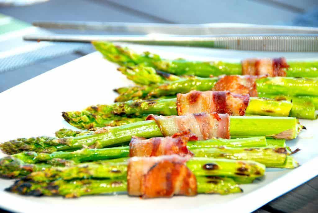 Lækre og grillede grønne asparges med bacon, der grilles ved direkte varme på både kuglegrill og gasgrill. Foto: Madensverden.dk.