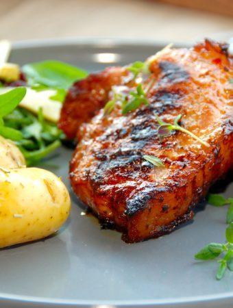 Grillede revelsben med nye kartofler i grillen er rigtig sommermad, der har masser af smag. Kartoflerne forkoges, inden de vendes med rosmarin og steges færdige i grillen. Foto: Madensverden.dk.