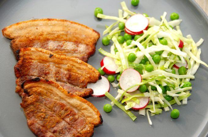 Grillet flæsk med ærtesalat er rigtig sommermad med masser af grønt fra sæsonen. Serveres med sprøde citronkartofler. Foto: Madensverden.dk.