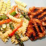 Grillet kalkunbryst med pasta i cremet flødesauce er en nem ret til aftensmad, og den smager super godt. Foto: Madensverden.dk.