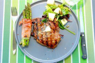 Grillet ribeye med asparges svøbt i skinke