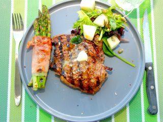 Grillet ribeye med asparges svøbt i skinke er lækker sommermad, der især er godt i sæsonen for nye danske asparges. Men retten kan naturligvis laves året rundt. Foto: Madensverden.dk.