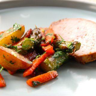 Grillet svinefilet med honningstegte grøntsager er dejlig mad, der også er nem at lave. Svinefilet er svinekam uden ben og svær, og det er et dejligt stykke kød. Foto: Madensverden.dk.