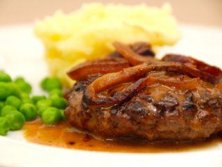 Hakkebøffer i ovn med lækre, bløde løg og en fantastisk brun sovs. Så smager hakkebøf ikke bedre, og det er en nem aftensmad, der kan serveres med kartoffelmos. Foto: Madensverden.dk.