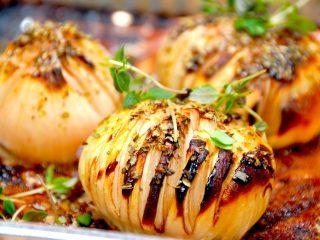 Hasselback zittauer løg i ovn er en fremragende måde at tilberede løg på. Løgene skæres i tynde skiver, som du man gør det med de kendte hasselback kartofler. Foto: Madensverden.dk.
