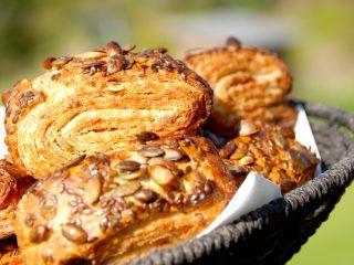 Hjemmebagte grovbirkes, der er virkelig lækre på morgenbordet. Bagt med græskarkerner og hørfrø. Foto: Madensverden.dk.