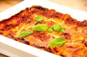 Opskriften på hjemmelavet lasagne med oksekød, hvor der er lagt vægt på, at lasagnen skal være meget saftig. Derfor indeholder den groftrevet bladselleri, gulerødder og en lækker bechamel sauce. Foto: Madensverden.dk.