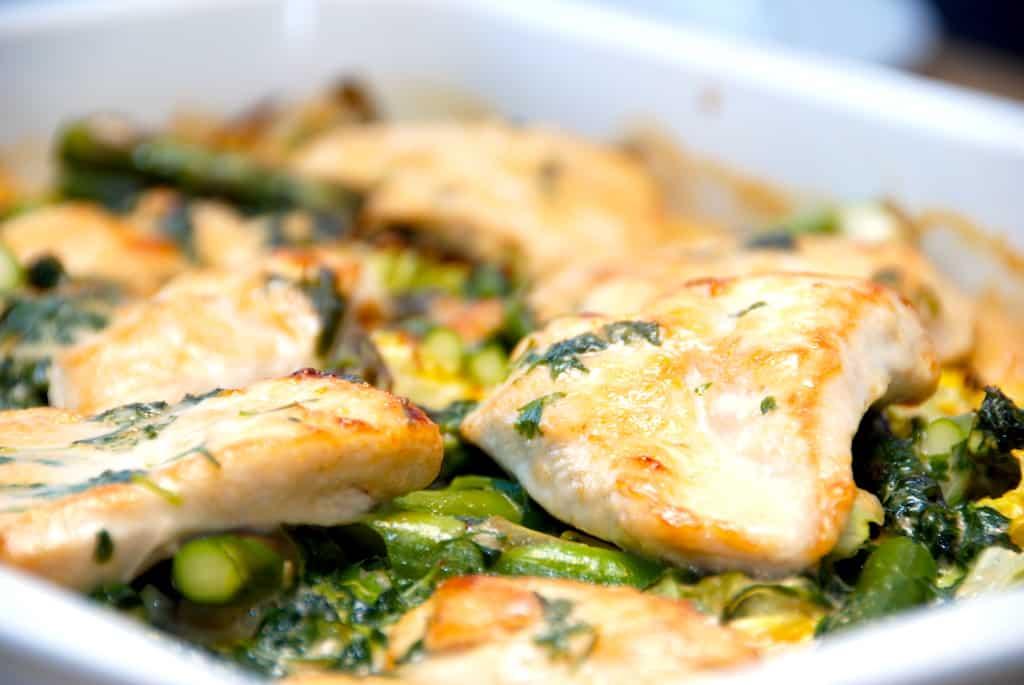 Kylling i fad med spidskål, nye kartofler og asparges