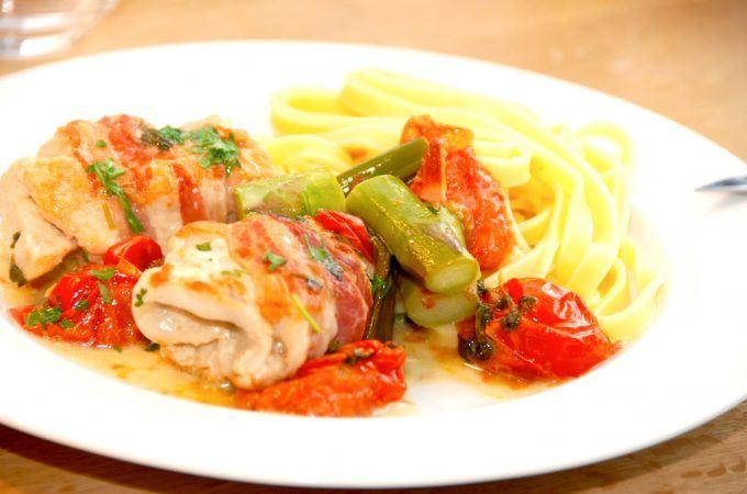 Lækker og hurtig hverdagsmad med kylling med pancetta, hvidvin og pasta. Som du kan se på billedet, så er der også både cherrytomater og grønne asparges i retten. Foto: Madensverden.dk.