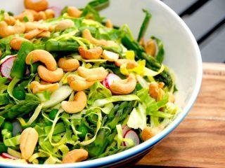 Find din favorit blandt disse salater med spidskål. Spidskålen er fremragende i salatskplen, hvor den strimles fint, og kan blandes med de fleste andre grønsager. Foto: Madensverden.dk.
