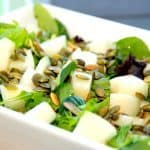 En virkelig dejlig opskrift på melonsalat med ristede græskarkerner, der kan nydes som den er, eller benyttes som tilbehør. Foto: Madensverden.dk.