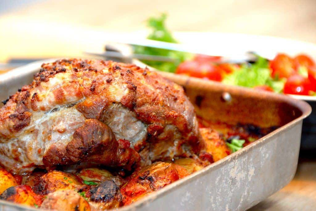 Nakkesteg i ovn med hvidløg og kartofler i fad