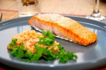 En god ovnbagt laks med risotto i kalvefond, som både er god til hverdag og gæster. Laksen bages i ovnen i cirka 15 minutter. Foto: Madensverden.dk.