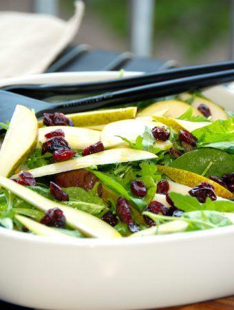 En virkelig lækker pæresalat med napolitana og tranebær. Salaten er nem at lave, og vendes til sidst med lidt olivenolie og citronsaft. Foto: Madensverden.dk.