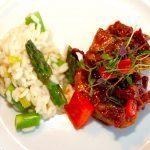 En super dejlig opskrift på pulled pork i gryde med asparges risotto, hvor kødet er klar på halvanden time. Og det er mindst lige så godt som den langtidsstegte pulled pork. Foto: Madensverden.dk.