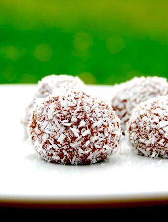 Romkugler med kokos er nemme at lave selv. Her er romkuglerne vendt i kokos, men du kan også bruge krymmel. Foto: Madensverden.dk.