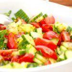 En dejlig hjertesalat med feldsalat, tomater og agurk, som dryppes med en hjemmelavet marinade med honning, olie og balsamico. Foto: Madensverden.dk.