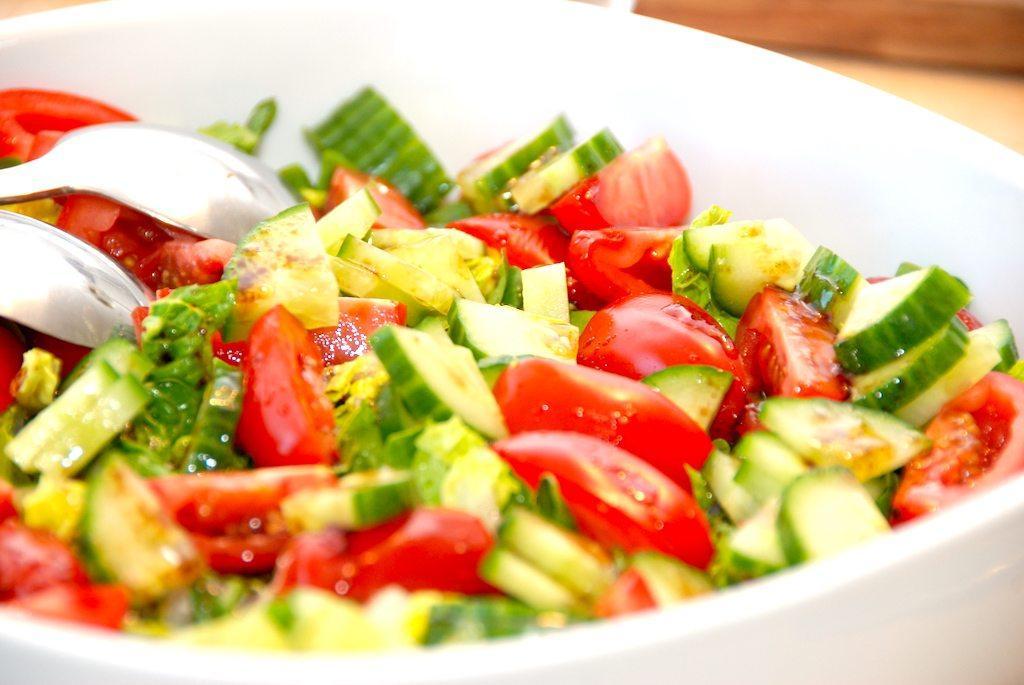 Hjertesalat med feldsalat, tomater og agurk