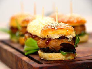 Disse bløde burgerboller med sesam er både meget nemme at lave, og så smager de altså virkelig godt. Her er bagt som mini burgerboller, men du bestemmer jo selv størrelsen. Foto: Madensverden.dk.