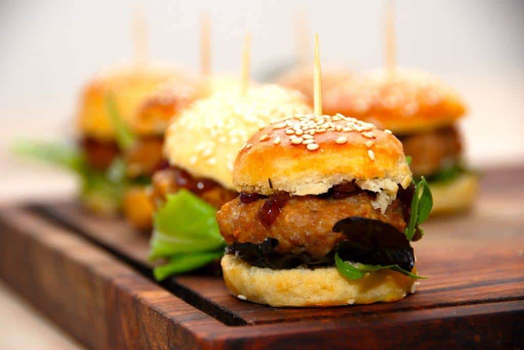 Bløde burgerboller med sesam (brioche opskrift)