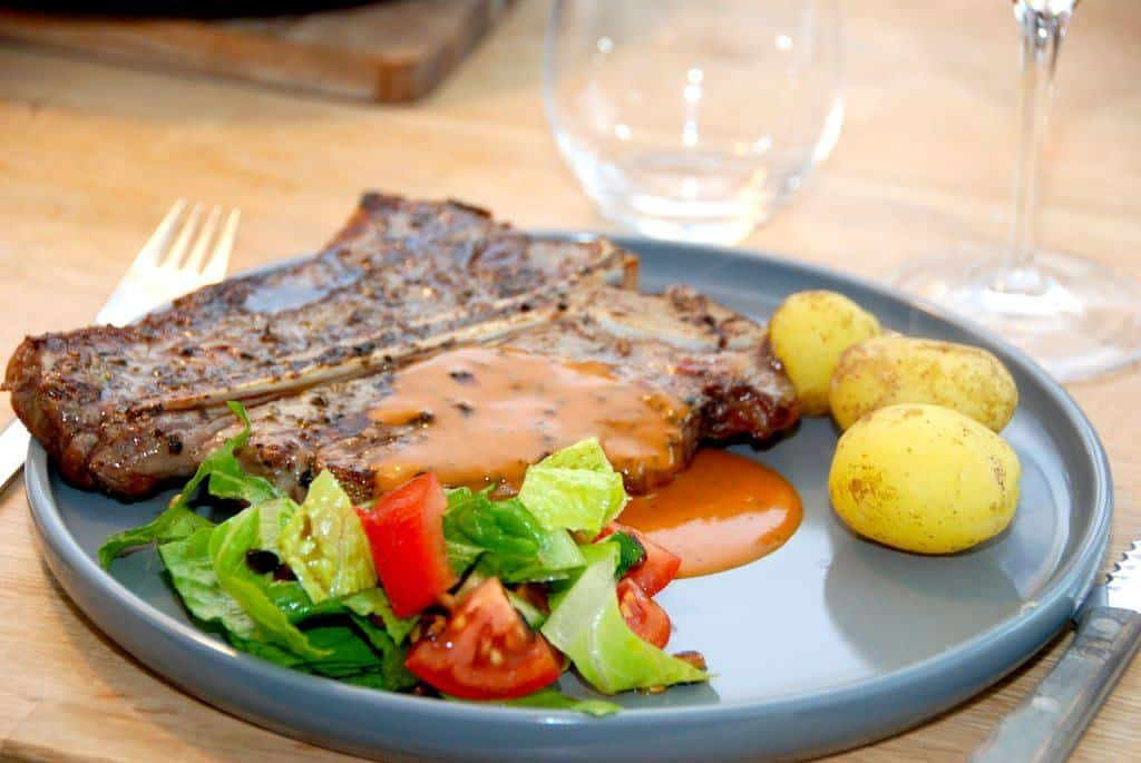 T-bone med whiskysauce og romainesalat