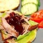 En lækker og hjemmelavet american barbecue sauce, der kan anvendes til mange formål. Her er den solidt placeret i en burger med pulled pork, og det smager fantastisk godt. BBQ-saucen er på samme tid både syrlig og let sødlig. Foto: Madensverden.dk.