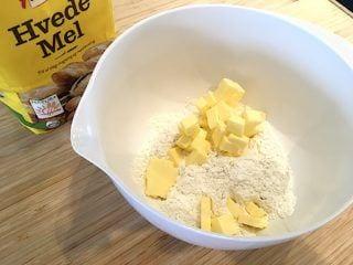 billede med smør og hvedemel til tærtedej
