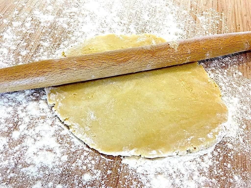 billede med tærtedej der rulles ud