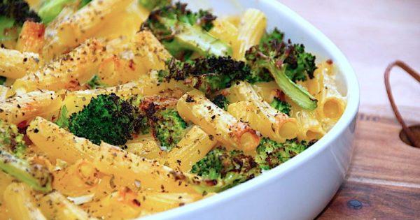 Verdens bedste flødesovs med pasta og letdampet broccoli. Flødesovsen laves også med ristet bacon, løg og hvidløg, inden det hele bages færdigt i ovnen. Foto: Madensverden.dk.