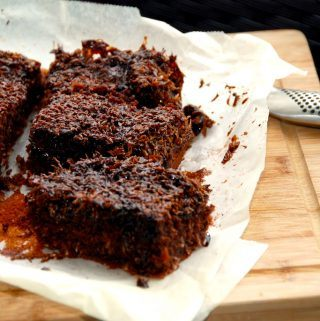 Denne skønne chokolade drømmekage er en klassisk drømmekage, der har fået et ordentligt skud kakao. Der bliver 12 store stykker kage. Foto: Madensverden.dk.