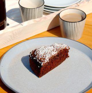 Den bedste chokoladekage opskrift med kokos og kakaoglasur, og chokoladekagen er virkelig svampet og lækker. Foto: Madensverden.dk.