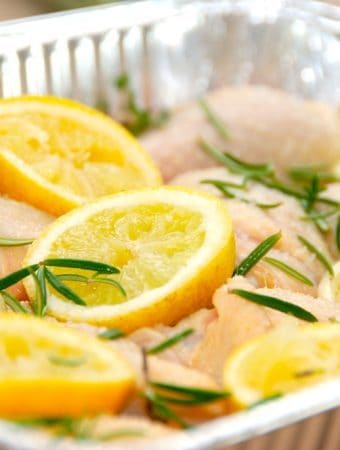 Denne opskrift på citronkylling er en fremragende måde at tilberede kylling på. Kyllingen steges i ovnen med citroner og hvidløgsfed, og dryppes med citronsaft og olivenolie. Foto: Madensverden.dk.