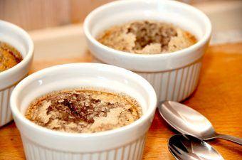 En skøn og dejlig creme brulee med chokolade, der er nem at røre sammen og lave i ovnen. Chokoladebrulee er en lækker variant af den klassiske dessert. Foto: Madensverden.dk.