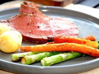 En lækker og mør culotte af kalv med smørstegte gulerødder og asparges. Kalveculotten kan tilberedes i både grill og ovn, og stegen er færdig når den når en kernetemperatur på 55 grader. Foto: Madensverden.dk.
